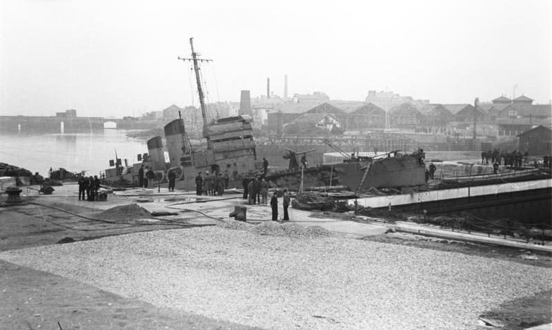 Bundesarchiv_Bild_101II-MW-3724-03,_St._Nazaire,_Zerstörer_'HMS_Campbeltown'.jpg