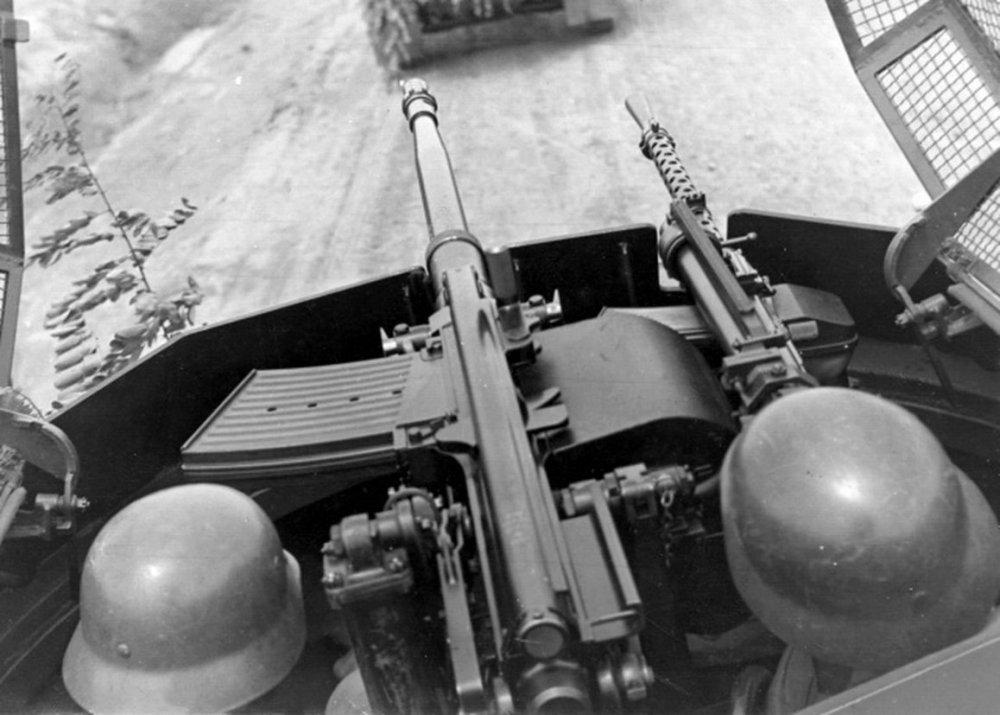 0-20 мм пушка и пулемет - оружие Sd.kfz.222.jpg