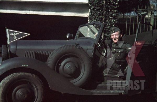 stock-photo-german-army-mercedesbenz-staff-car-in-france-1940-4th-panzer-division-commander-unit-flag-8729.jpg.6fad250fb23e304006025200f176e82c.jpg