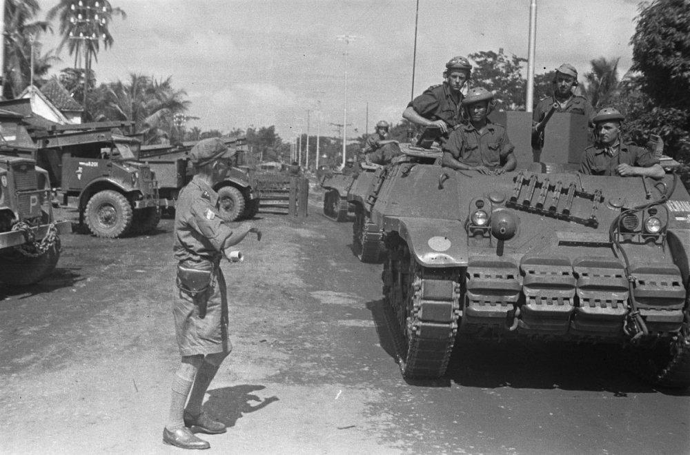 Een_groep_Recce_M3_Stuart_tanks_passeert_geparkeerde_vrachtwagen._Een_kapitein_…,_Bestanddeelnr_5740.jpg