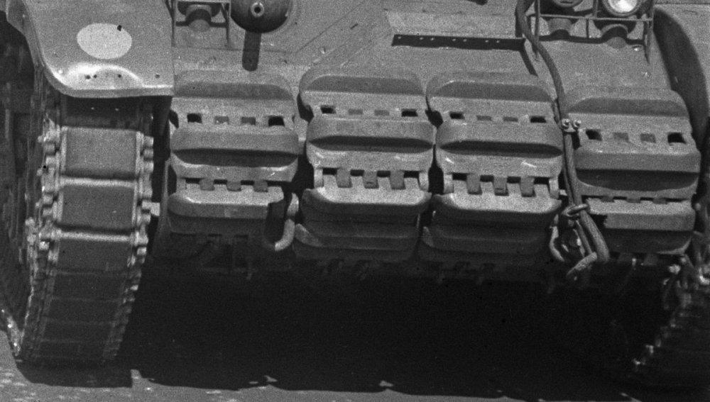 Een_groep_Recce_M3_Stuart_tanks_passeert_geparkeerde_vrachtwagen._Een_kapitein_…,_Bestanddeelnr_5740 (2).jpg