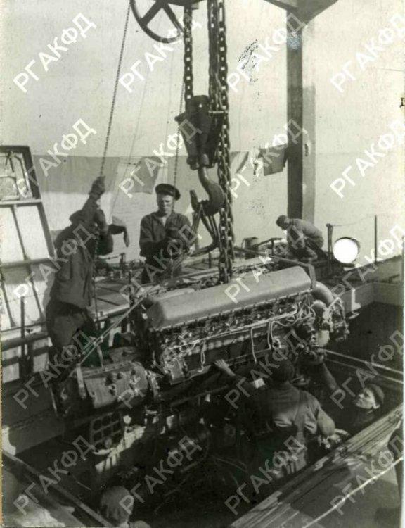 29-8590305-zamena-motora-torpednogo-katera-baltijskogo-flota-v-pereryvakh-mezhdu-boyami.44g.lengyel.jpg