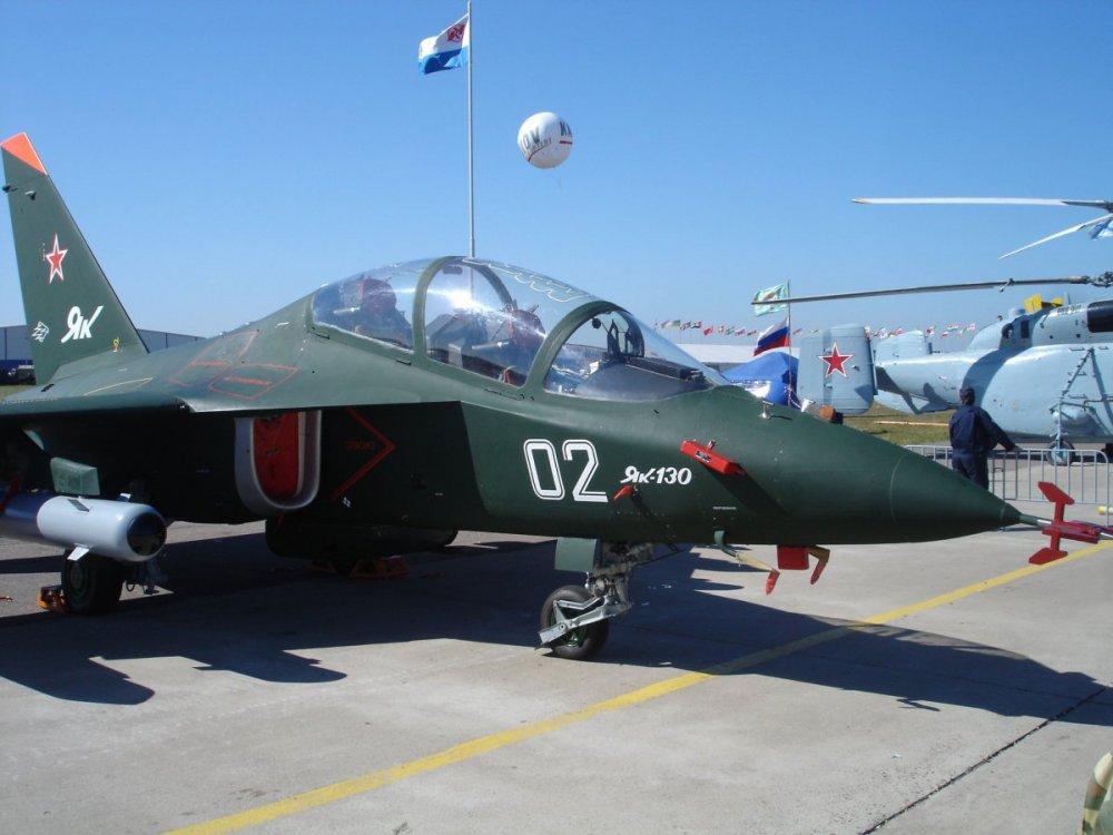Yakovlev_Yak-130_MAKS_2005-min.thumb.jpg.63aeb44397a86690e33bce3e38f666b3.jpg
